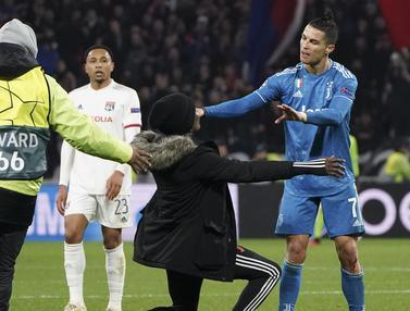 Ekspresi Cristiano Ronaldo Dihampiri Penggemar Saat Lawan Lyon