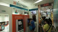 Beberapa nasabah BNI sedang melakukan transaksi di ATM BNI Hongkong pada 30 Desember 2019. Dok BNI