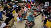 Warga menunggu untuk mengikuti vaksinasi Covid-19 di Setu Babakan, Jagakarsa, Jakarta Selatan, Senin (14/06/2021). Hari ini lebih dari 400 warga seputar Setu Babakan divaksin oleh Dinkes Jakarta Selatan dalam rangka  rangka percepatan vaksinasi Covid-19. (merdeka.com/Arie Basuki)