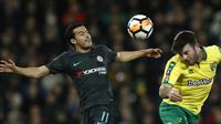 Duel pemain Norwich City, Grant Hanley (kanan) dan pemain Chelsea, Pedro (kiri) pada laga Piala FA di Carrow Road, Norwich, (6/1/2018). Chelsea bermain imbang 0-0 dengan Norwich. (AFP/Adrian Dennis)