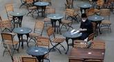 Seorang pria duduk di kafe yang kosong di London setelah Perdana Menteri Inggris Boris Johnson mengumumkan serangkaian pembatasan baru, Kamis (24/9/2020). PM Boris meminta warga Inggris mengikuti aturan pembatasan sosial baru yang akan berlangsung selama enam bulan. (AP Photo/Kirsty Wigglesworth)