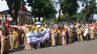 Guru honorer K2 Banjarnegara berdemonstrasi menutut pemerintah merevisi UU ASN Nomor 5 Tahun 2014 agar honorer K2 dapat diangkat menjadi PNS. (Liputan6.com/Muhamad Ridlo)