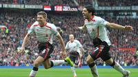 Steven Gerrard dan Luis Suarez (PAUL ELLIS / AFP)