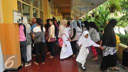 Sejumlah orang tua saat melihat anaknya belajar di hari pertama sekolah di SD Gunung 01, Jakarta, Senin (18/7). Menteri Pendidikan dan Kebudayaan Menghimbau para orang tua untuk mengantar anak-anaknya di hari pertama sekolah. (Liputan6.com/Gempur M Surya)