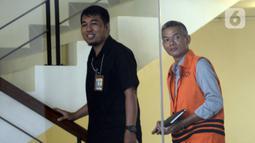 Mantan Komisioner KPU Wahyu Setiawan (kanan) bersiap menjalani pemeriksaan lanjutan penyidik di Gedung KPK, Jakarta, Selasa (17/3/2020). Wahyu Setiawan diperiksa sebagai tersangka terkait kasus dugaan penerimaan hadiah atau janji penetapan anggota DPR Terpilih 2019-2024. (merdeka.com/Dwi Narwoko)