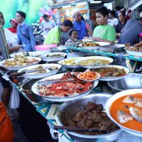 Menu buka puasa di pasar kaget Bendungan Hilir, Jakarta.| (Nurwahyunan/Bintang.com)