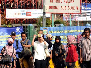 Sejumlah calon penumpang menunggu bus di Terminal Blok M, Jakarta Selatan, Selasa (22/3). Aksi mogok massal angkutan umum dan taksi menyebabkan penumpang terlantar di sejumlah titik. (Liputan6.com/Helmi Fithriansyah)
