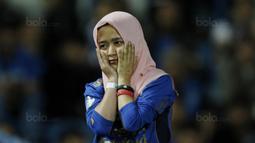 Seorang Bobotoh wanita tampak sedih usai Persib dikalahkan PSM pada laga Piala Presiden di Stadion GBLA, Bandung, Jumat (26/1/2018). Persib tersingkir dari Piala Presiden 2018 setelah takluk 0-1 dari PSM. (Bola.com/M Iqbal Ichsan)