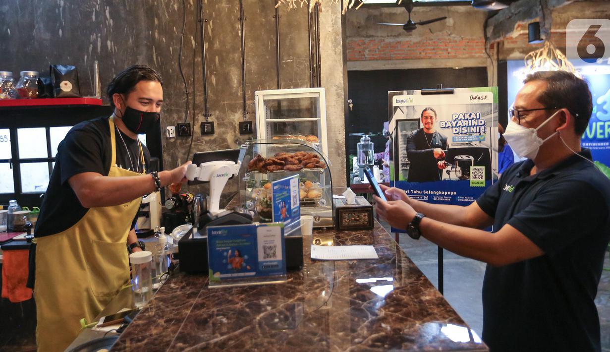 Artis sekaligus pemilik Unfinished Coffee Mario Lawalata (kiri) saat melayani CEO PT Sprint Asia Technology Setyo Harsoyo (Bayarind) di Unfinished Coffee, Jakarta (18/02/2021). Tiga tahun beroperasi, Bayarind menyediakan layanan transaksi digital yang aman dan bersahabat. (Liputan6.com/Fery Pradolo)