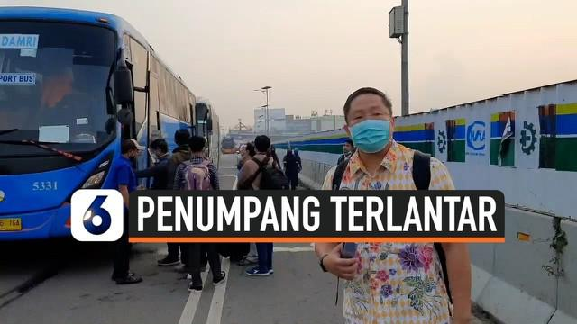 Sebagian calon penumpang terlantar karena kemacetan parah di jalan menuju bandara Soekarno-Hatta Selasa (10/11) pagi. Akses jalan ke bandara dipadati massa yang akan menyambut kepulangan Rizieq Shihab hari ini.