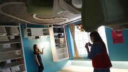 Pengunjung foto di salah satu ruangan rumah terbalik di Huashan Creative Park, Taipei, Taiwan, (7/4). Sekelompok arsitek Taiwan membangun rumah seluas 300 meter yang menghabiskan dana US$ 600.000 dalam kurun waktu 2 bulan. (REUTERS/Tyrone Siu)