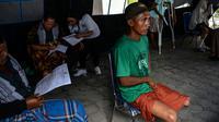 Seorang pria menunggu petugas melakukan pengukuran dan pencetakan kaki palsu di kantor Dinas Sosial Aceh, Senin (16/9/2019). Untuk tahun 2019 ini diberikan secara gratis sebanyak 100 kaki dan tangan palsu untuk para penyandang disabilitas di sejumlah kabupaten/kota. (CHAIDEER MAHYUDDIN / AFP)