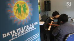 Seorang anak berkebutuhan khusus melakukan latihan piano di Daya Pelita Kasih Center, Pejaten, Jakarta, Kamis (24/5). Pelatihan piano tersebut menggunakan metode-metode khusus yang disesuaikan dengan keterbatasan para murid. (Liputan6.com/Arya Manggala)