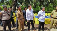 Kepala Badan Restorasi Gambut Nazir Foead berbincang dengan masyarakat tentang pengelolaan gambut. (Liputan6.com/M Syukur)