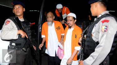 Sejumlah terdakwa simpatisan ISIS saat turun dari mobil tahanan untuk menjalani sidang lanjutan di PN Jakarta Barat, Kamis (21/1/2016). Sidang beragendakan mendengarkan keterangan saksi yang juga terdakwa. (Liputan6.com/Helmi Fithriansyah)