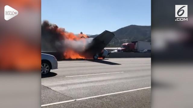 Sebuah pesawat kecil jatuh dan terbakar di jalan bebas hambatan di Agoura Hills, Los Angeles.  (24/10)