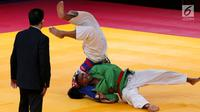 Atlet beladiri Kurash Indonesia, Putu Wiradamungga Adesta saat bertarung dengan Yuhsuan Lo dari China Taipei di 16 besar di kelas putra dibawah 90 kg di JCC Senayan, Jakarta, Kamis (30/8). Indonesia kalah 0-5 atas China Taipei. (Liputan6.com/Fery Pradolo)