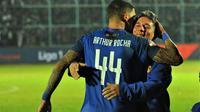 Bek Arema, Arthur Cunha da Rocha dipeluk ayahnya setelag pertandingan melawan Persib di Stadion Kanjuruhan, Kabupaten Malang (30/7/2019). (Bola.com/Iwan Setiawan)