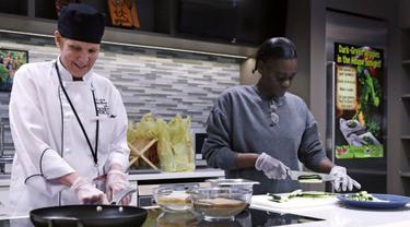 "Ahli gizi Tracy Burg, kepala chef Dapur Ajar (kiri), dan Felicia Young, menyiapkan masakan dalam ""Masak untuk Pemulihan"" di Pusat Medis Boston, 15 Maret 2018. (AP)"