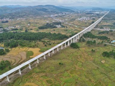 Foto dari udara menunjukkan jembatan besar Lali di jalur kereta cepat Guiyang-Nanning di Wilayah Dushan, Provinsi Guizhou, China barat daya (20/10/2020). Jalur kereta cepat Guiyang-Nanning dirancang untuk dapat dilalui kereta dengan kecepatan maksimum 350 kilometer per jam. (Xinhua/Liu Xu)