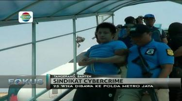 Terkait kasus cybercrime, sebanyak 93 WNA asal Cina dan Taiwan yang ditangkap polisi, dibawa ke Polda Metro Jaya.