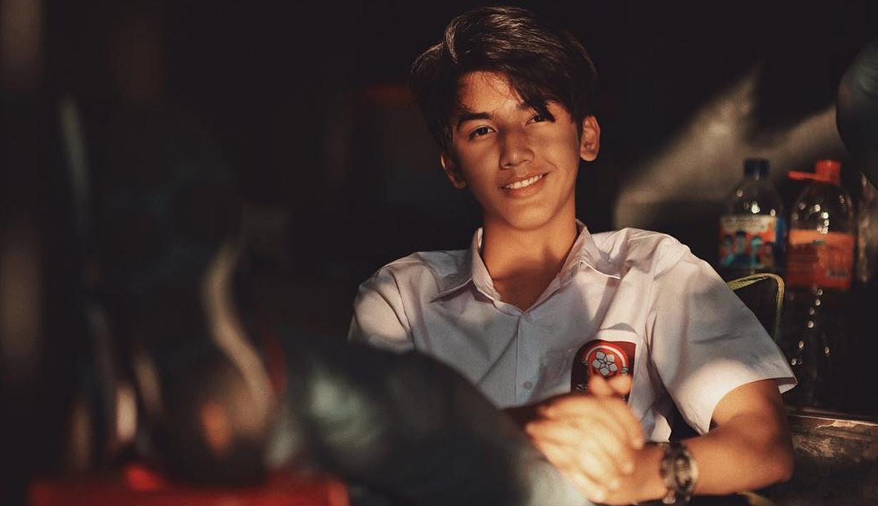 Ari Irham merupakan sosok aktor muda yang namanya melejit setelah membintangi film Terlalu Tampan yang diadaptasi dari sebuah webtoon. Ari Irham pun sukses membawakan karakter Mas Kulin. (Liputan6.com/IG/@ariirhamm)