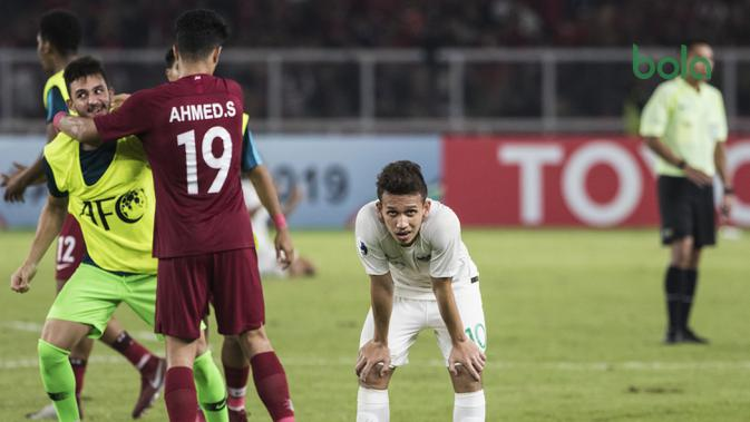 Gelandang Timnas Indonesia, Egy Maulana, tertunduk lesuh usai dikalahkan Qatar pada laga AFC U-19 Championship di SUGBK, Jakarta, Minggu (21/10). Indonesia kalah 5-6 dari Qatar. (Bola.com/Vitalis Yogi Trisna)
