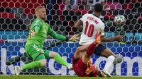 Timnas Inggris menutup babak pertama dengan gol penyama kedudukan menit 39'. Bek Simon Kjaer yang mencoba menghalau crossing Bukayo Saka malah membobol gawangnya sendiri. (Foto: AP/Pool/Frank Augstein)