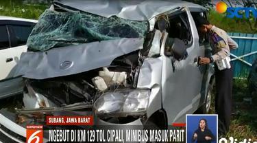 Saat melaju dalam kecepatan tinggi, pengemudinya diduga kurang antisipasi hingga akhirnya terjungkal ke dalam parit.
