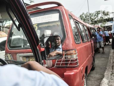 Sopir angkutan kota non-Jak Lingko menunggu penumpang di Terminal Rawamangun, Jakarta, Senin (20/7/2020). Sopir angkot non-Jak Lingko di Terminal Rawamangun mengeluh sepinya penumpang akibat warga yang beralih menggunakan jasa ojek online serta diperparah adanya Covid-19. (merdeka.com/Iqbal Nugroho)