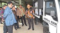 Menteri Perindustrian (Menperin) Airlangga Hartarto menyalurkan lima unit mobil pedesaan atau alat mekanis multiguna pedesaan (AMMDes). Liputan6.com/Septian Deny