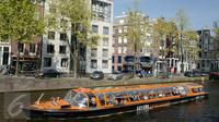 Warga menaiki perahu saat melintasi kanal di kawasan Amsterdam, Belanda (April 2017). Meskipun pada abad ke-19 kotor dan dipenuhi limbah, kini kanal-kanal di Belanda menjadi salah satu objek wisata terkenal di dunia. (Liputan6.com/Immanuel Antonius)