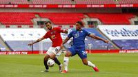 Gelandang Manchester United, Bruno Fernandes, berebut bola dengan pemain Chelsea, Reece James, pada laga Piala FA di Stadion Wembley, Minggu (19/7/2020). Chelsea menang dengan skor 3-1. (AP/Alastair Grant, Pool)