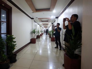 Dua orang reporter memfoto ruang kerja Wakil Ketua DPD RI, Jakarta, Rabu (5/4). Ruangan kerja Wakil Ketua DPD yang sebelumnya ditempati Gusti Kanjeng Ratu (GKR) Hemas dan Farouk Muhammad terkunci. (Liputan6.com/Johan Tallo)
