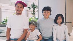 Semenjak kecil, Nirina dan saudaranya sudah terdidik mandiri dan menghargai satu sama lain. Karenanya, mereka selalu mengambil kemudahan dalam segala hal dan tak mempermasalahkan yang kecil. (Foto: instagram.com/nirinazubir_)