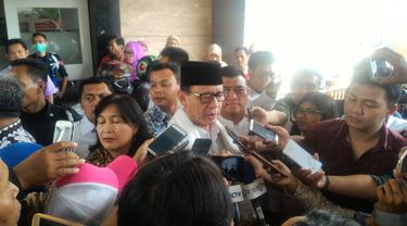 Gubernur Banten Wahidin Halim menjenguk korban ledakan pabrik kembang api
