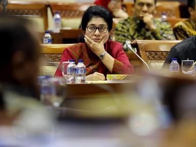 Menteri Kesehatan Nila Moeloek saat menghadiri rapat kerja (raker) dengan Komisi IX DPR di Kompleks Parlemen MPR/DPR-DPD, Senayan, Jakarta, Kamis (29/3). Raker tersebut membahas pelayanan dan pembiayaan obat untuk JKN. (Liputan6.com/JohanTallo)