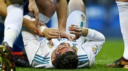 Striker Real Madrid, Cristiano Ronaldo, mengalami pendarahan di bagian pelipis saat melawan Deportivo La Coruna pada laga La Liga di Stadion Santiago Bernabeu, Minggu (21/1/2018). Real Madrid menang 7-1 atas Deportivo La Coruna. (AFP/Oscar Del Pozo)