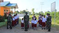 Foto: Satuan Tugas Batalyon Infanteri Satgas Yonif 755/Yalet/20/3/Kostrad melakukan upacara bendera di halaman Sekolah Luar Biasa (SLB) Negeri Mimika, Distrik Kuala Kencana, Kabupaten Mimika, Papua, Senin pagi (20/1/2020). Sekitar 20 anak dengan disabilitas antusias mengikuti upacara ini.