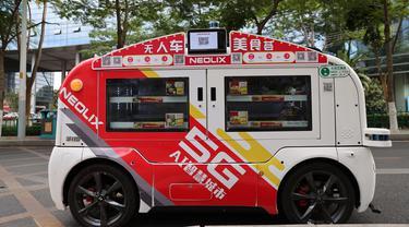 Kendaraan pengantar makanan otonomos terlihat di Taman Inovasi Huli, Xiamen, Provinsi Fujian, China, 6 November 2020. Empat kendaraan pengantar makanan otonomos berteknologi 5G dan kecerdasan buatan (artificial intelligence/AI) baru-baru ini mulai digunakan di taman inovasi itu. (Xinhua/Zeng Demeng)