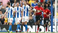 Gelandang Manchester United, Paul Pogba membawa bola usai berhasil mencetak gol lewat penalti saat bertanding melawan Brighton & Hove Albion pada Liga Inggris di stadion Amex, Brighton, (19/8). Brighton mengalahkan MU 3-2. (AP Photo/Alastair Grant)