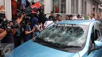 Sebuah taksi mengalami kerusakan usai diamuk massa di kawasan Kuningan, Jakarta, Selasa (22/3). Aksi anarkis ini adalah buntut dari demo yang dilakukan sejumlah sopir taksi. (Liputan6.com/Helmi Afandi)