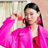 Jacquemus perkenalkan super-mini-handbag terbarunya di runway Paris Fashion Week Fall 2019. (Foto: instagram.com/papermagazine)