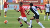 Ramdani Lestaluhu dkk. gagal menghadang Rizky Pellu cs. Persija akhirnya takluk 0-1 dari PSM di Stadion Manahan, Solo, Minggu (21/8/2016). (Bola.com/Romi Syahputra)