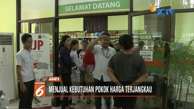 Gerai tani OK OCE diresmikan Wakil Gubernur DKI Jakarta Sandiaga Uno, warga pemegang Kartu Jakarta Pintar antre untuk menukar bahan pangan murah.
