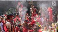 Sejumlah tatung melakukan sembahyang saat beratraksi dalam Festival Cap Go Meh 2570 di Seasons City, Jakarta,  Minggu (24/3). Festival ini bertujuan untuk melestarikan kebudayaan Indonesia. (Liputan6.com/Fery Pradolo)