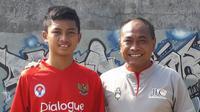 Pelatih yang juga mantan pemain nasional Indonesia, Kas Hartadi, bersama anak sulungnya yang bernama Eric Cantona. (Dok. Pribadi)