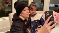 Khloe Kardashian dan putrinya, True Thompson. (dok. Instagram @khloekardashian/https://www.instagram.com/p/B7Y8-o5h9b5/)