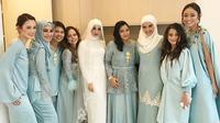 Laudya Cynthia Bella berfoto bersama sejumlah artis Indonesia yang menjadi bridesmaid di pernikahannya. Para pendamping pengantin wanita ini kompak menyematkan bros warna emas di bagian dada mereka. (instagram/whulandary)