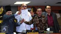 MKD menunjukan surat pengunduran diri Setya Novanto sebagai Ketua DPR, Jakarta, Rabu (16/12/2015). Dengan adanya surat tersebut maka masa sidang Pelanggaran Etik Setya Novanto dinyatakan selesai. (Liputan6.com/Johan Tallo)